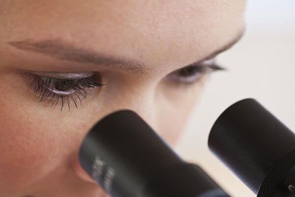 Els diferents sistemes de magnificació òptica com microscopis quirúrgics, lupes o endoscopis ens permeten realitzar diagnòstics i tractaments amb més precisió.