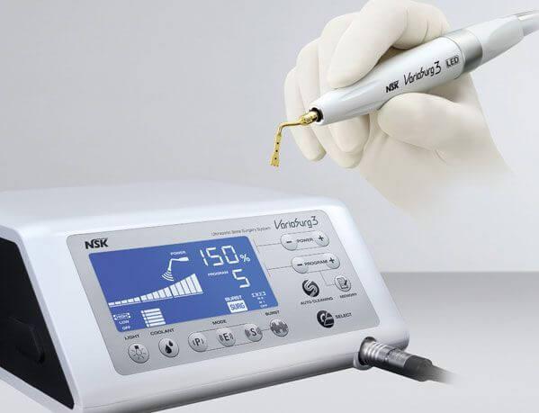 Els sistemes de cirurgia piezoelèctrica com el Piezosurgery o el Variosurg ens permeten dur a terme cirurgies de gran precisió sense risc de fer malbé als teixits tous veïns