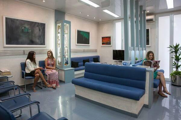 Fotografia de la confortable sala d'espera a la nostra Clínica Dental Padrós - Dentista a Barcelona