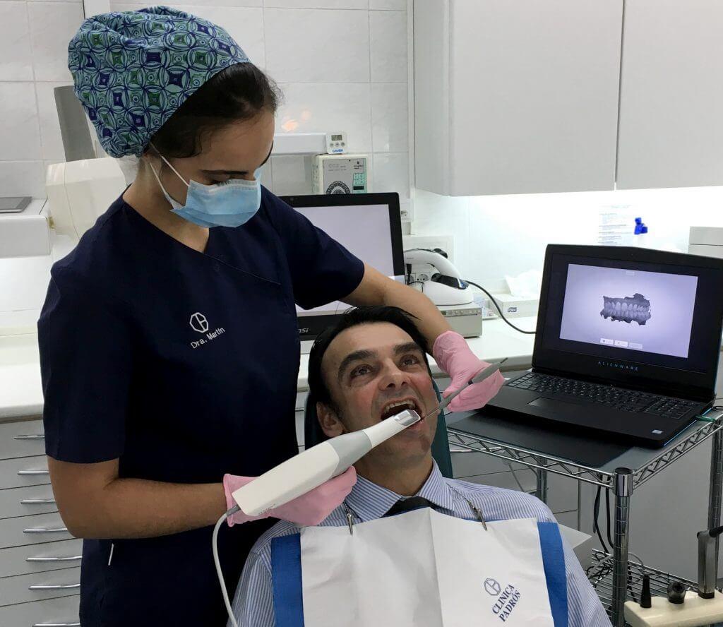 La Dra. Jennifer Martín utilitzant el nou escànner intraoral Trios de 3shape