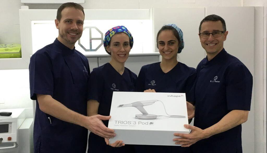 L'equip de Clínica Padrós mostra orgullós la seva nova incorporació tecnològica, el nou escànner intraoral Trios de 3shape