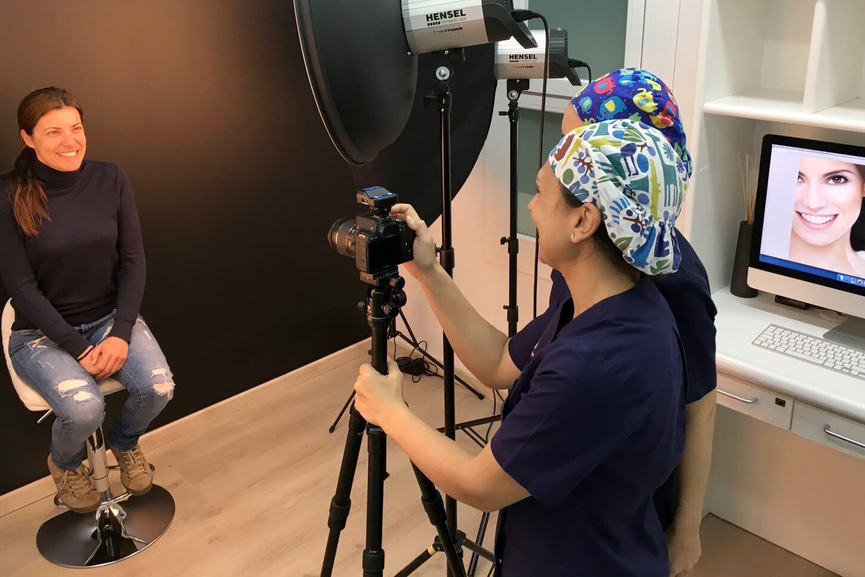 A la Clínica Dental Padrós a Barcelona comptem amb un estudi de fotografia per als estudis d'estètica dental